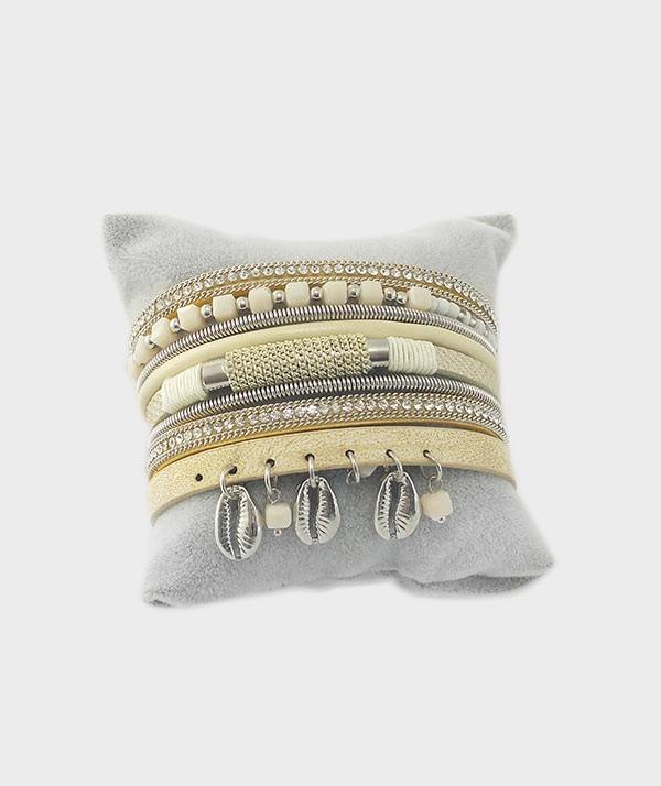 bracelet vue de face porté beige